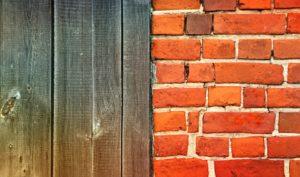 mur de briques et mur en bois