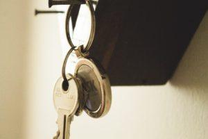 clé qui est suspendue à une serrure d'une porte en bois